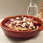radicchio-salade-met-dadels-en-pecannoten-in-schaal-naareigensmaak