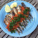 gefrituurde sardines met tomaten-ansjovissaus
