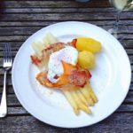 witte asperges met rauwe ham en gepocheerd ei naareigensmaak