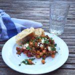 Grieks eenpansgerecht met gehakt en kikkererwten bord naareigensmaak