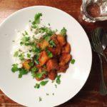 tomatencurry-met-aardappel-en-kip-naareigensmaak