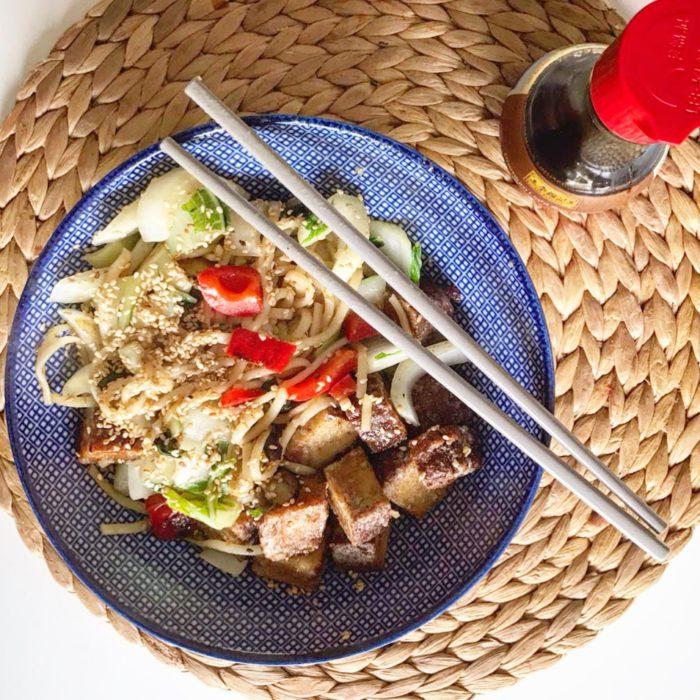 bowl met tofu en noodles
